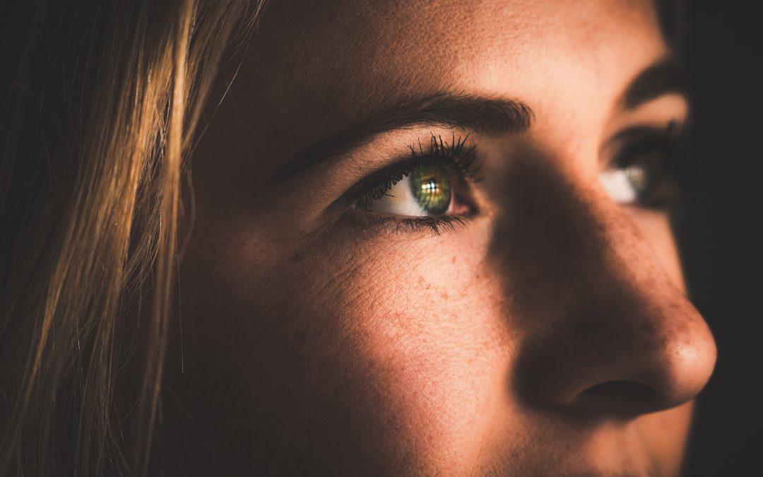 O Olhar que Determina a Ação – A Indiferença que Mantém a Distância